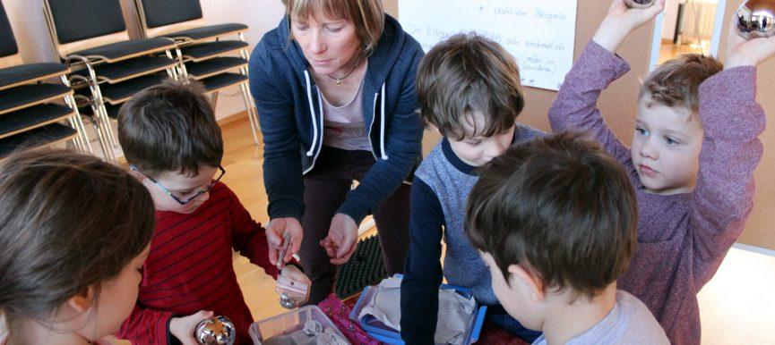 """Multiplikatorinnen aus Kita und Schule erhalten Materialien zu """"Schwimmen und Sinken"""""""